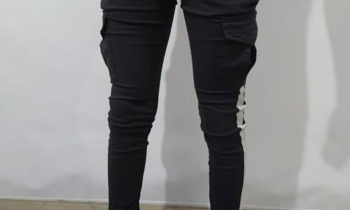 jogger negro con linea completa blanca